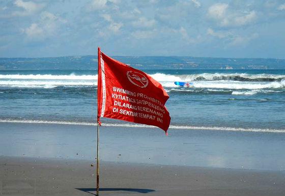красный флаг - купаться запрещено фото