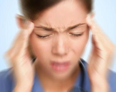 Мгрень: у женщины раскалывается голова от боли